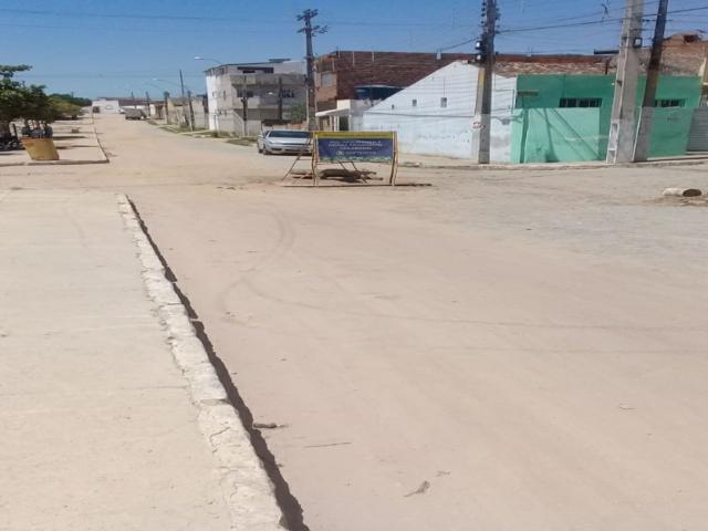 Moradores e comerciantes denunciam obras inacabadas