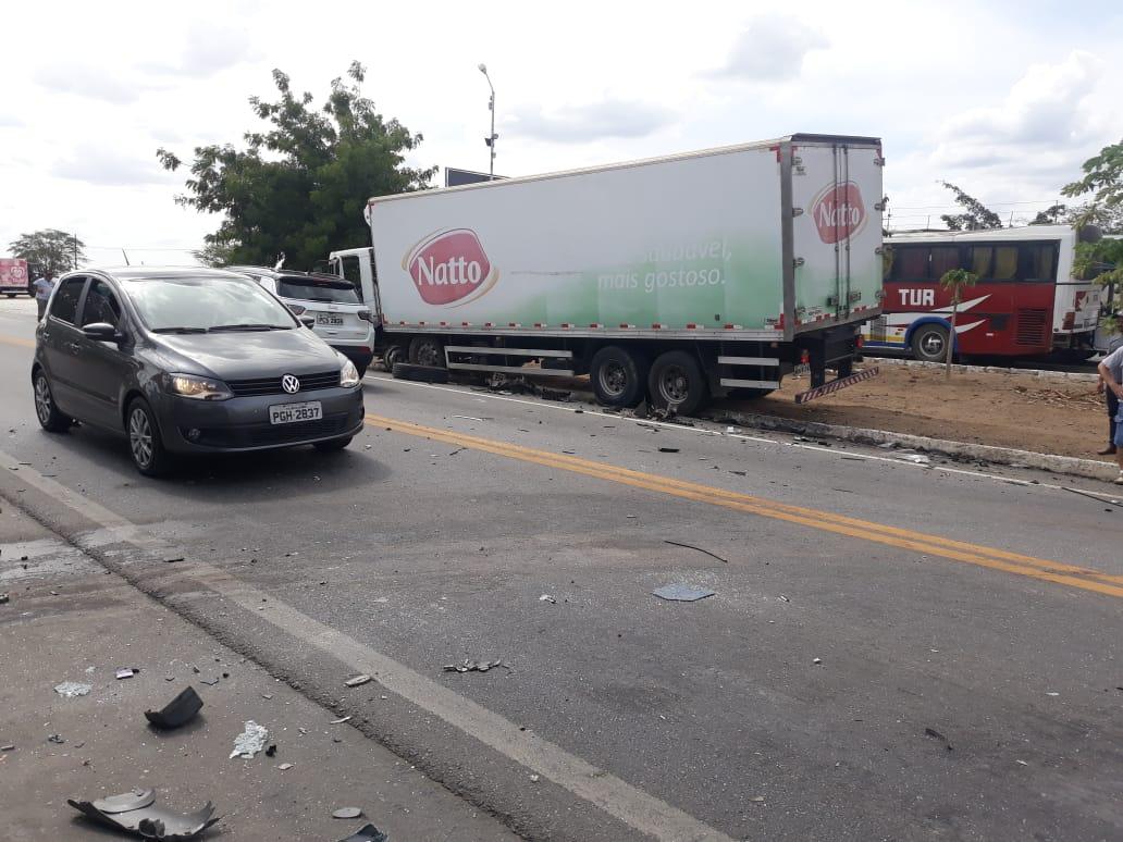 Colisão frontal entre caminhonete e caminhão deixa um ferido em Belo Jardim