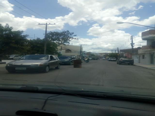 Populares sinalizam buraco em avenida com tambor de lixo