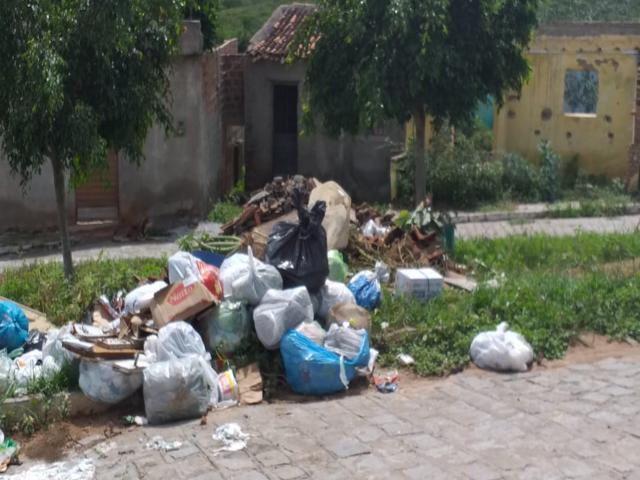 População reclama de lixo e mato acumulados na Cohab 1