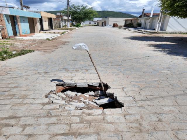 Buraco em rua recém calçada demonstra má qualidade em serviço realizado pela prefeitura
