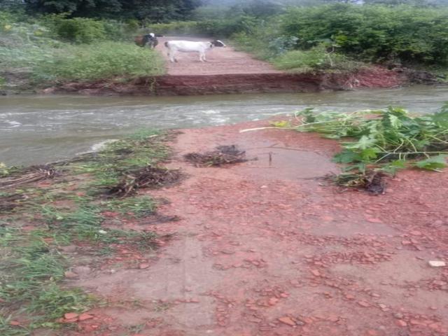 Correnteza destrói passagem molhada em Tacaimbó