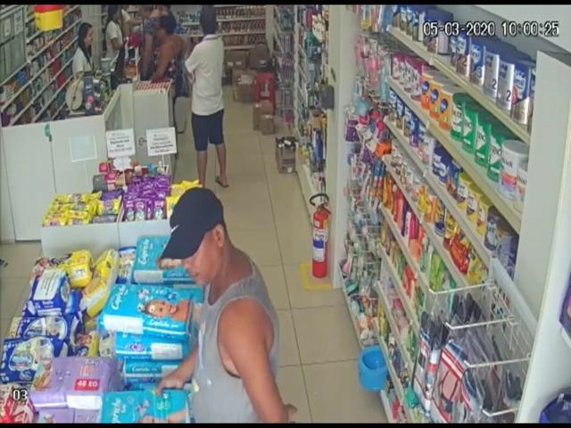 Vídeo: Homem é flagrado furtando produtos de farmácia no centro