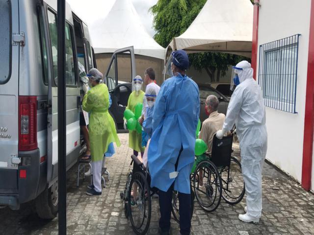 9 idosos de abrigo em São Bento do Una estão curados da Covid-19 e recebem alta