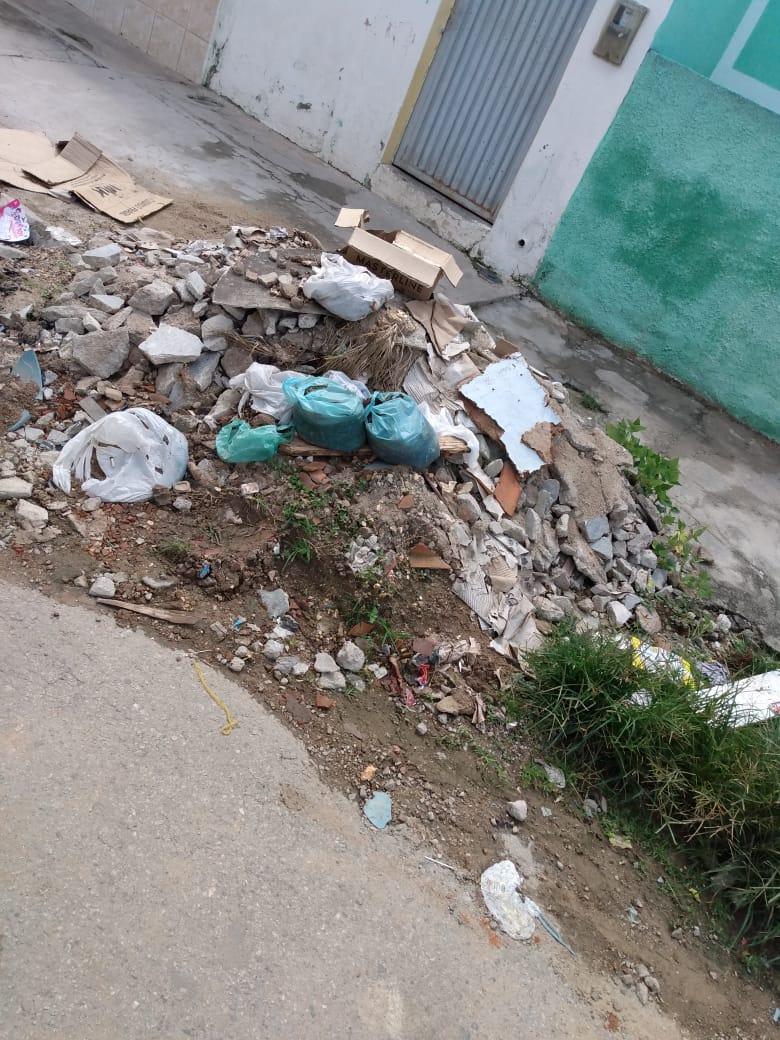 Moradores reclamam do descarte irregular de entulho e lixo em ruas