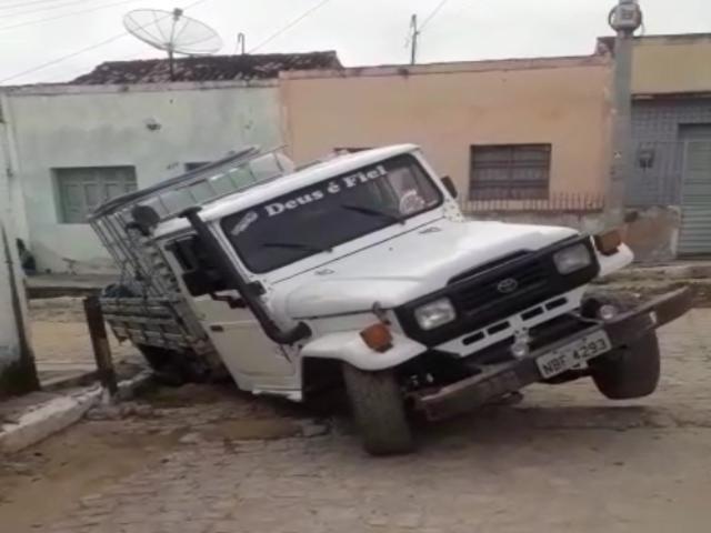 Vídeo: Toyota cai em buraco no Pontilhão
