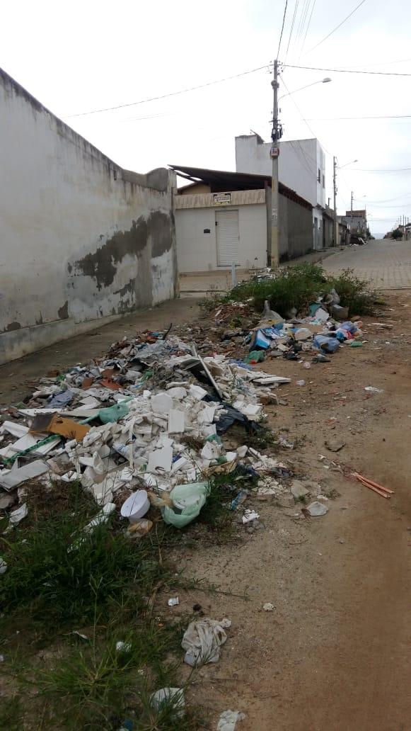Morador denuncia rua tomada pelo lixo no Viana & Moura
