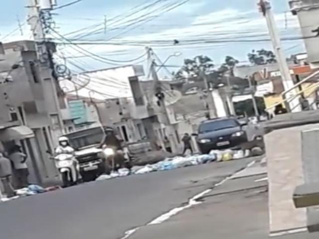 Moradores protestam e fazem barreira de lixo em Belo Jardim