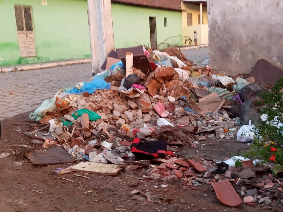 Gilvandro Estrela denuncia ruas tomadas pelo lixo em Belo Jardim