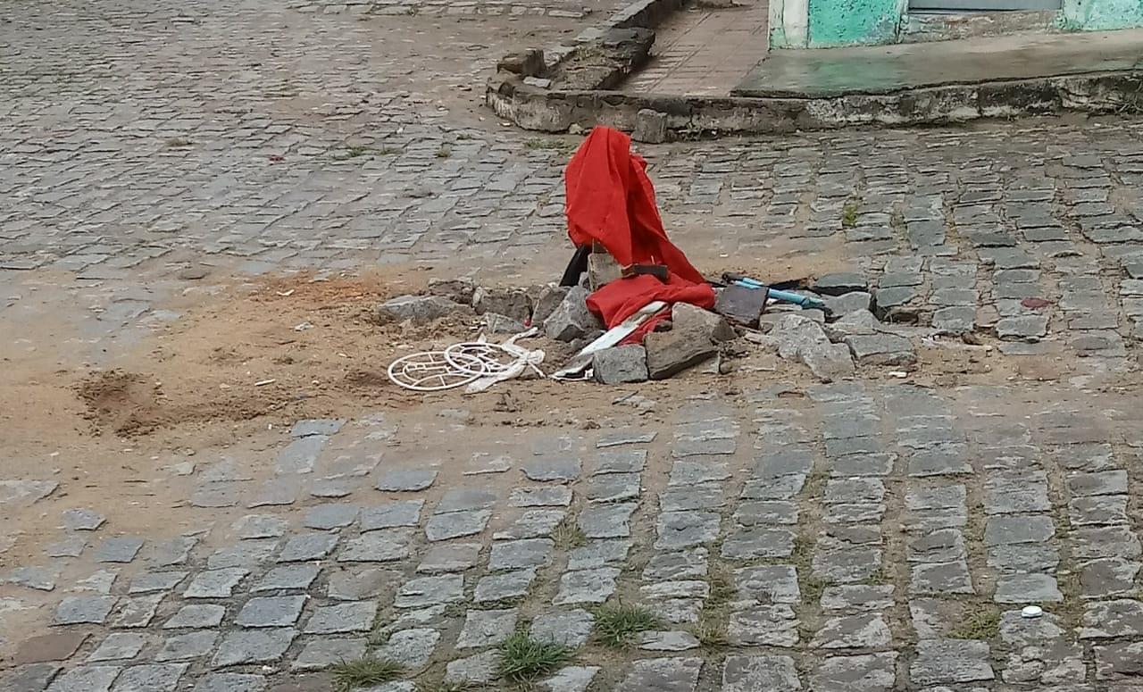 Por causa de buraco, moradora diz que carros estão trafegando pela calçada e oferecem risco à população