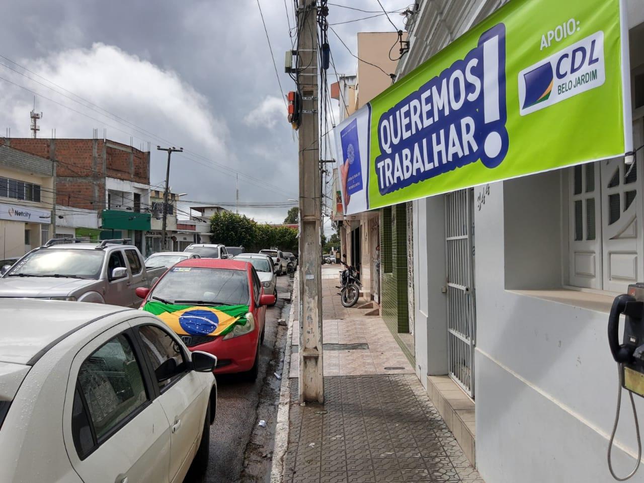 Em carreata, manifestantes pedem reabertura do comércio em Belo Jardim