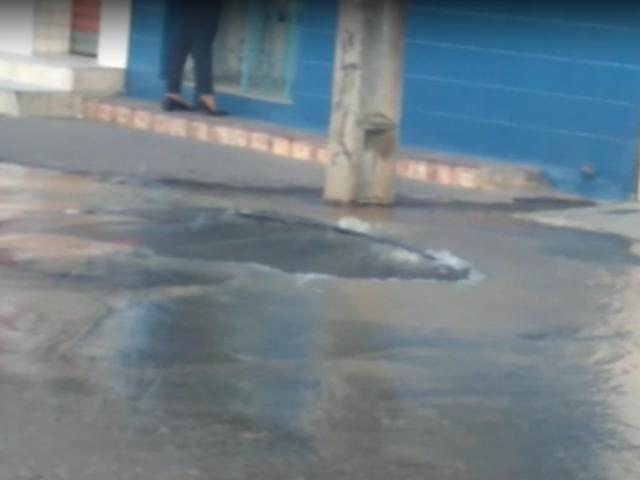 Cano estourado causa desperdício de água no São Pedro