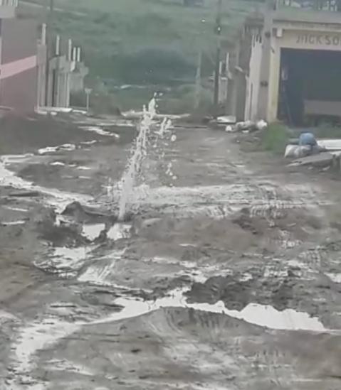 Vídeo: morador denuncia cano estourado no Viana & Moura da BR