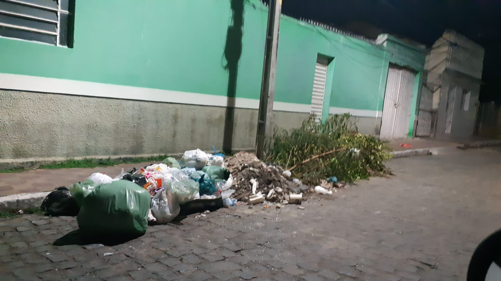 Internauta denuncia acúmulo de lixo em ruas de BJ