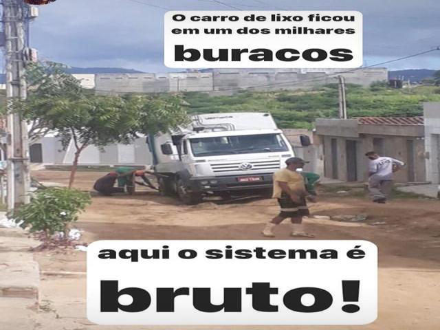 Caminhão do lixo cai em buraco em Belo Jardim
