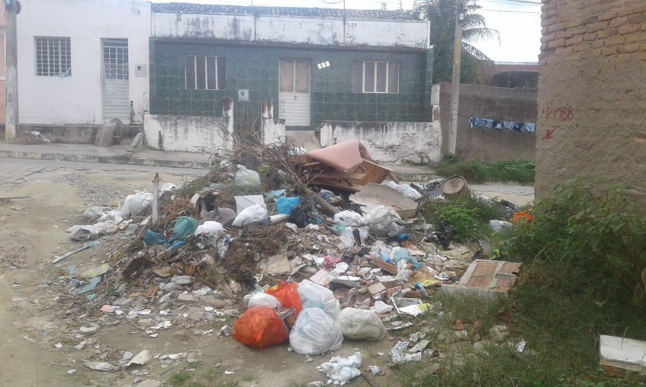 Moradora denuncia descarte de lixo e entulho em rua na Cohab I