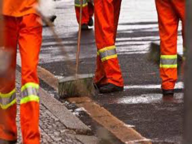Após denúncia de atraso no pagamento, empresa de limpeza pública começa a pagar funcionários