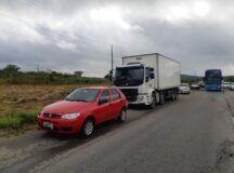 Acidente entre dois carros e caminhão deixa dois feridos e trânsito lento na BR-232