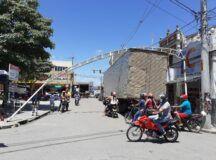 Caminhão baú colide em estrutura de ferro no centro de Belo Jardim