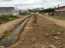 Moradora reclama de atraso em obra de saneamento por falta de material