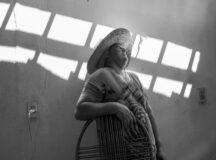 A comunidade Lagoa da Favela, fica no município de Flores, a 30 min de distância de Triunfo, no sertão pernambucano. Vivem lá cerca de 10 famílias de agricultores rurais. A região é denominada Sertão do Pageú, pois fica às margens do Rio Pageú. Há alguns anos os moradores vem sofrendo com a enorme seca que abateu todo o semiárido nordestino e o rio que dá nome a esta macro região está seco. Nesta comunidade algumas iniciativas de plantação com sementes criolas em Sistema Agroflorestais (SAFs) tem sido implantadas com o auxílio do Centro Sabiá.   Maria Gerlande Romão de Medeiros adotou há cerca de 2 anos o sistema agroflorestal. Ela planta milho, feijão, macaxeira, etc de forma intercalada, utilizando sementes criolas que começou a ter acesso desde de que adotou o plantio sem agrotóxicos. No quintal, ela tem uma cisterna, um poço e uma barreira. Se a quantidade de água armazenada for suficiente nos próximo anos ela pretende aumentar a produção para vender e ter uma fonte de renda a mais. Ela cria bode, porco, vaca, pato, galinha, etc