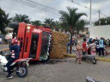 Caminhão tomba na entrada do pátio da feira em Belo Jardim