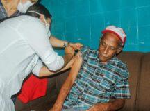 Internos e profissionais de saúde do Lar dos Idosos recebem vacinação contra Covid-19
