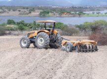 Serviços de abastecimento de água e aração de terra, atendem 752 pessoas no primeiro mês da nova gestão