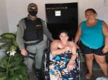 Policiais da 2ª CPM fazem doação de cadeira de rodas na zona rural