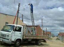 Gestão Municipal realiza a reposição de lâmpadas na cidade, mesmo com materiais limitados