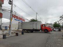Caminhão de hortifruti fica preso sob estrutura de supermercado em Belo Jardim