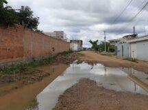 Moradores reclamam de buracos, lama e água empossada na Avenida Coronel Geminiano Maciel, em Belo Jardim
