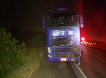 Colisão entre moto e caminhão deixa dois homens mortos na BR-232, em Belo Jardim