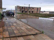 Rua alagada no Morada Nobre causa transtornos aos moradores