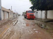 Calçamento danificado, lama e buracos causam problemas no Viana & Moura da BR