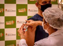 Pessoas a partir dos 37 anos podem ser vacinadas contra Covid-19, neste sábado (10)