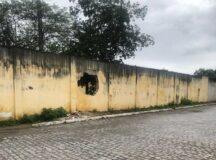 Casa abandonada serve de abrigo para assaltantes e ponto de drogas no bairro Ayrton Maciel em Belo Jardim