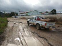 Moradores e motoristas de Taboquinha sofrem com a situação da Estrada esburacada e cheia de lama