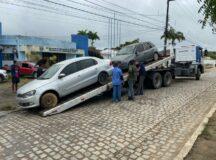 Carros sucateados em frente a Delegacia de Polícia Civil de Belo Jardim são realocados para terreno municipal após parceria com Prefeitura