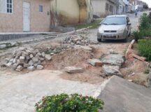 Buraco impede morador tirar carro da garagem em Belo Jardim