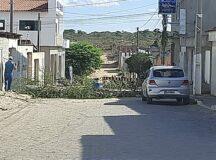 Obras de recuperação de calçamento causam transtornos a moradores da avenida principal do Viana & Moura da BR