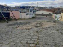 Morador alerta risco de acidentes em calçamento danificado na rua Elias Francisco da Silva